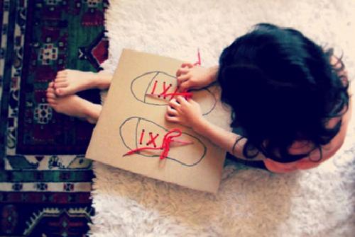 Hãy vẽ hình một đôi giày trên mảnh bìa các-tông. Dùng kéo để tạo ra các lỗ nhỏ như trên một đôi giày thật, và xỏ hai sợi dây giày thông qua. Bây giờ con bạn đã có thể tập buộc dây giày bất cứ lúc nào, thậm chí cả khi nằm trên giường.