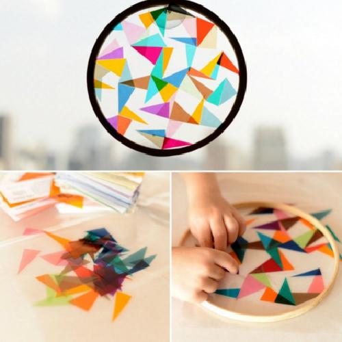 Sử dụng giấy kính màu gắn lên một cái nắp trong suốt để làm thành một ống kính vạn hoa (ống kính khúc xạ ánh sáng) cho con. Đây là một cách sáng tạo khác để trẻ học được nhiều sắc thái khác nhau của màu sắc.