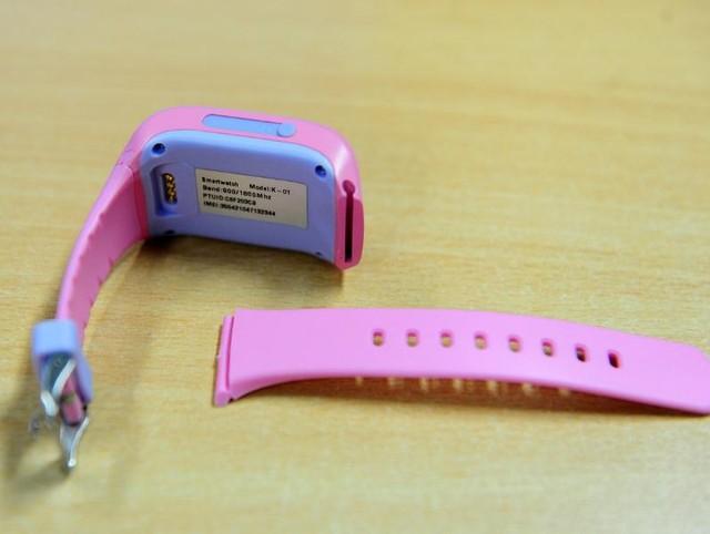 Toàn bộ phần thân đồng hồ được làm bằng nhựa cứng, uốn cong mềm mại về 2 phía. Dây đeo làm bằng silicon nên khá nhẹ, lắp với đồng hồ bằng cách trượt ngang chắc chắn (tương tự đồng hồ iWatch của Apple). Cách kết nối này giúp bảo vệ các em khỏi chấn thương khi nô đùa, hiếu động. Mặt khác, các bậc phụ huynh có thể dễ dàng thay thế, nâng cấp dây đeo cho con khi hư hỏng.