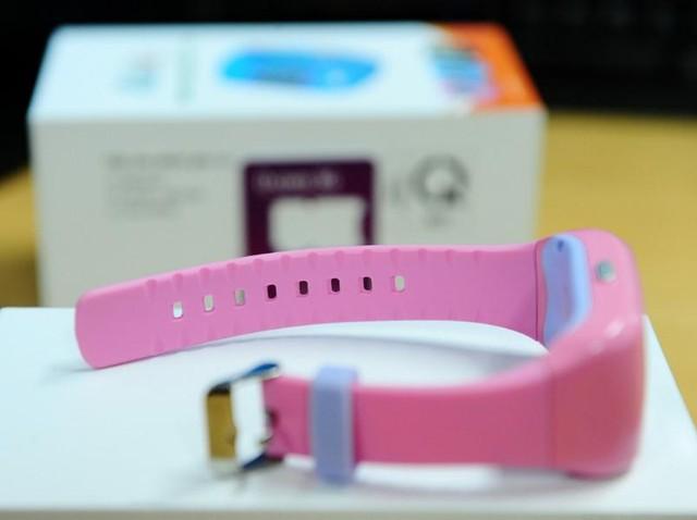Chất lượng gia công của chiếc smartwatch gần 1,4 triệu đồng khá tốt: các chi tiết nhựa được ghép nối rất khít, không có các ba-via nhựa xung quanh. Hai bên cạnh rìa dây đeo có các rãnh thoát mồ hôi.