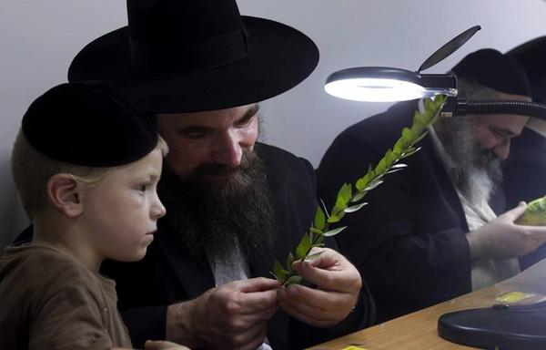 Tình yêu của cha mẹ Do Thái dành cho con được dằn sâu trong lòng dưới vẻ ngoài sắt đá và cứng cỏi (Ảnh minh họa).