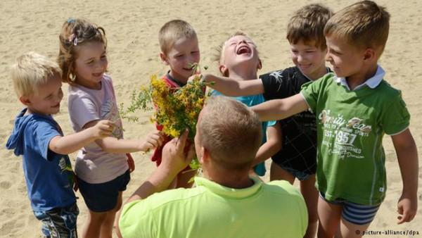 Trẻ được khuyến khích chơi ngoài trời (Ảnh minh họa).